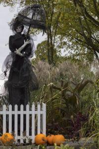 Cette dame en noir était une des décorations dans le Parc Jeanne d'Arc, à Québec, pour l'Halloween 2018.