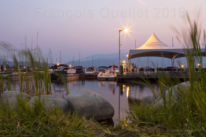 Le Yacht Club de Kelowna, Colombie-Britannique, en fin de soirée.