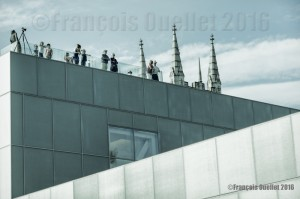 Visiteurs-sur-le-toit-du-Pavillon-Pierre-Lassonde-du-MNBAQ-24-Juin-2016-web